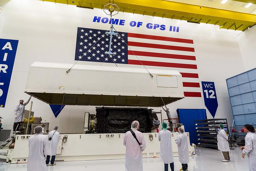 Imaginea 2: Al treilea satelit GPS-III (a treia generație), fotografiat după ce a ajuns la Cape Canaveral, unde este pregătit pentru lansarea la bordul unei rachete Falcon 9 (Sursa foto: Lockheed Martin)