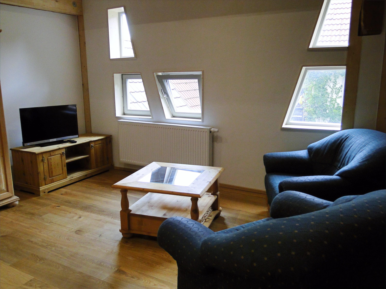 Wohnzimmer mit zwei Sesseln und Fernseher