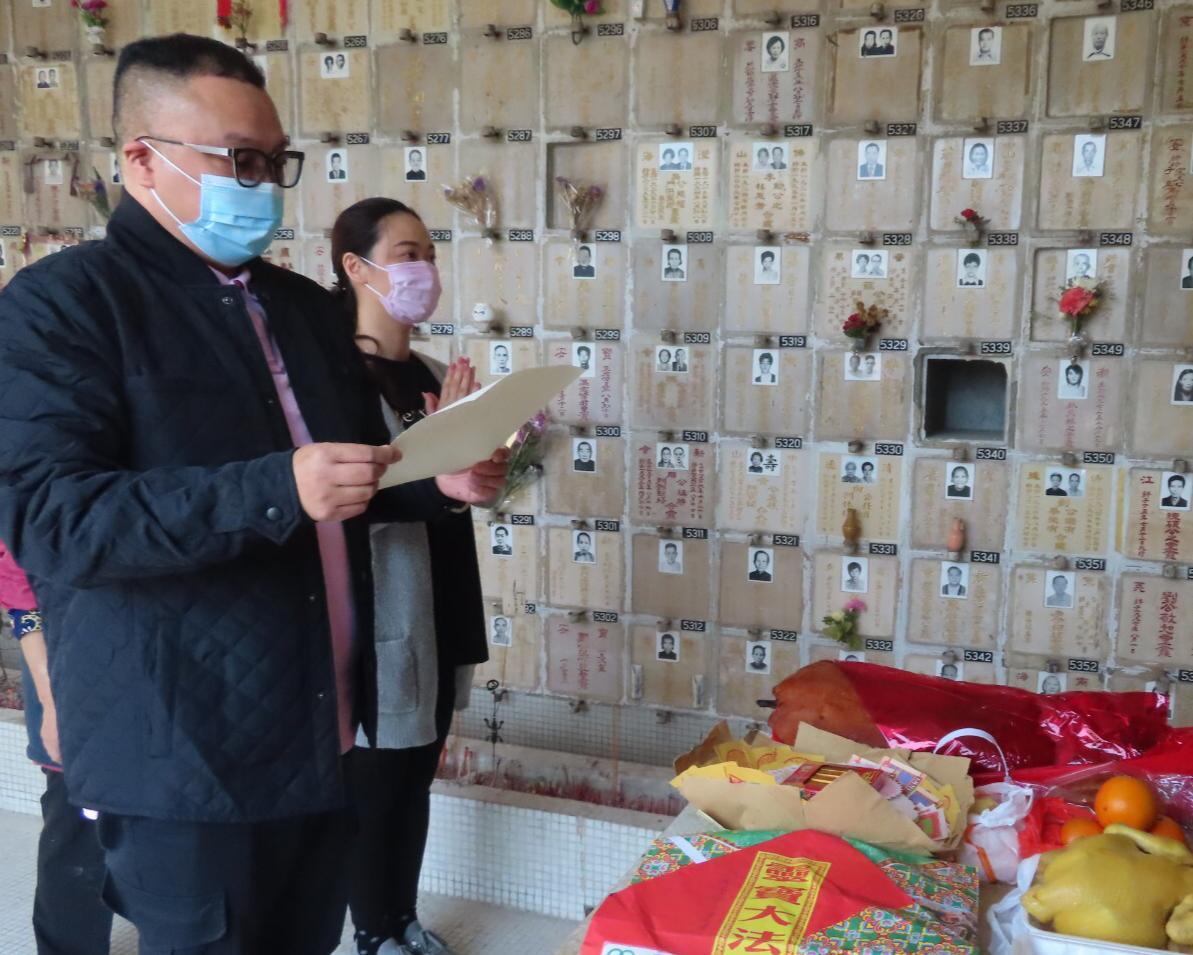 理事陳鴻進主持祭祀儀式,並帶領宣讀祭文