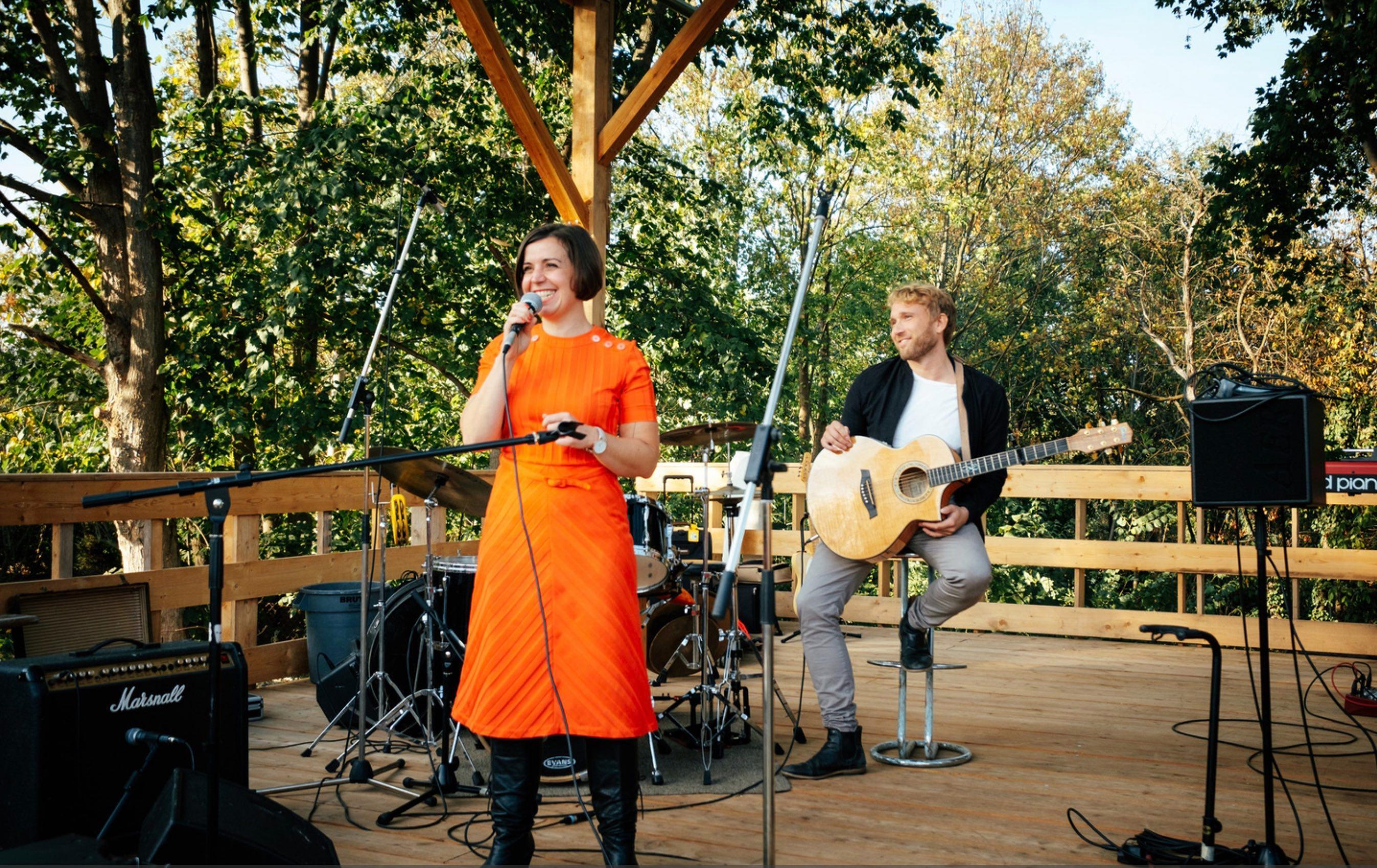 Eine Frau und ein Mann die auf einer Bühne stehen und etwas präsentieren