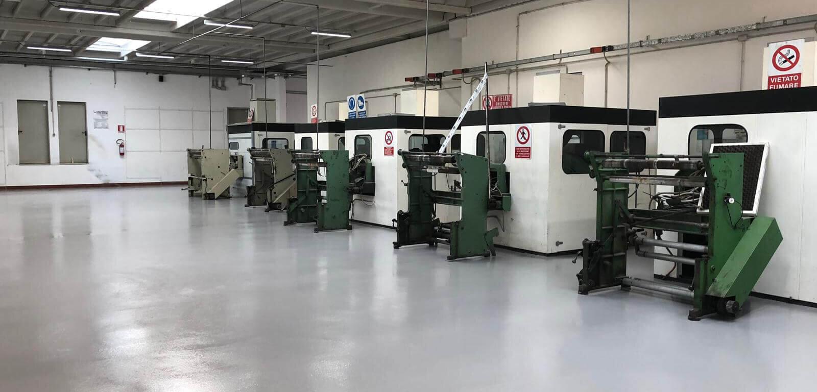 Macchine poggiate su di una superficie in resina all'interno di un'industria pesante padovana.