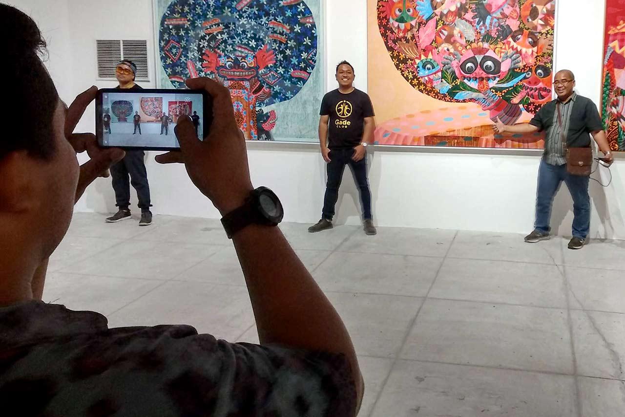art-as-a-selfie-background