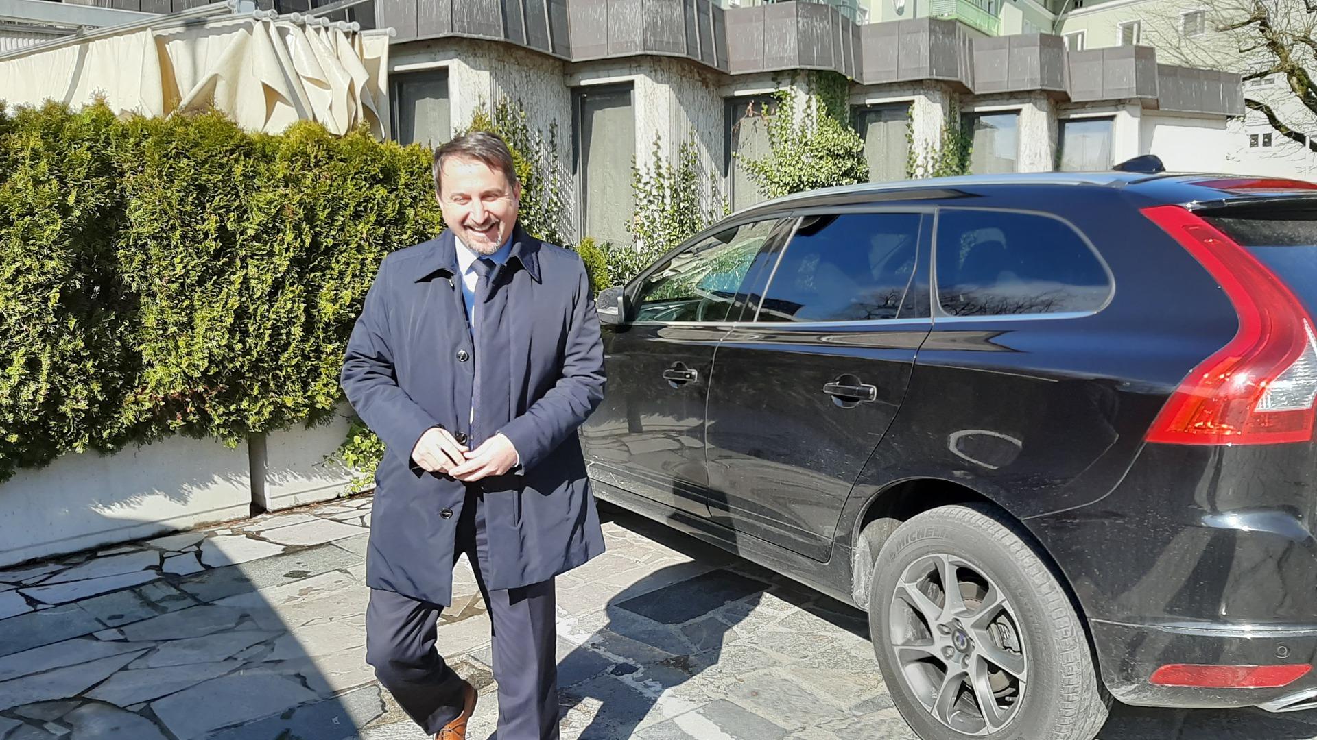 Igor Velov ob svojem vozilu v času koronakrize dobro razpoložen....