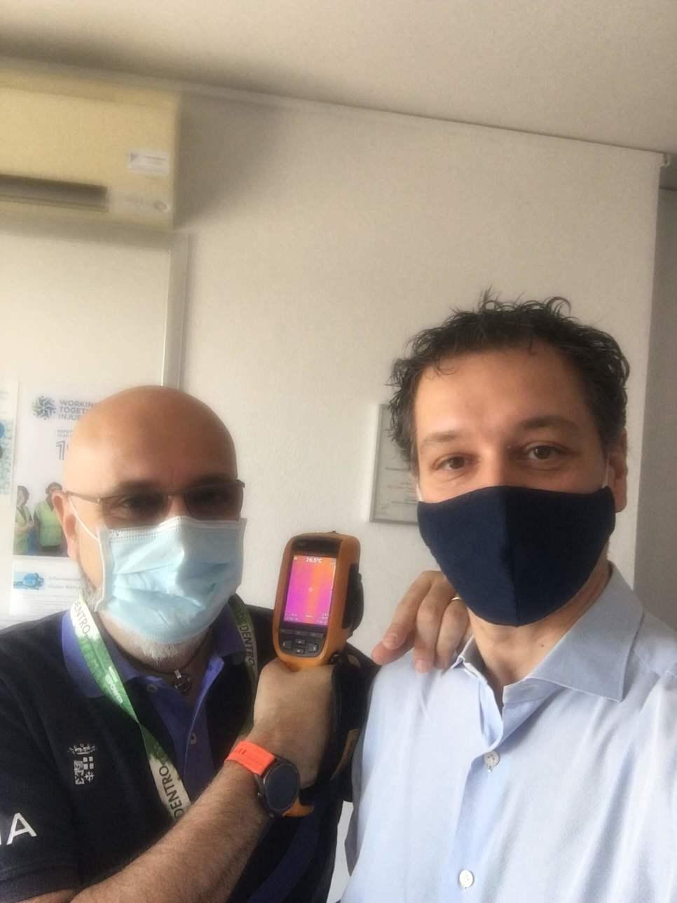 Stefano Frontini e un tecnico Repower che mostrano una termocamera
