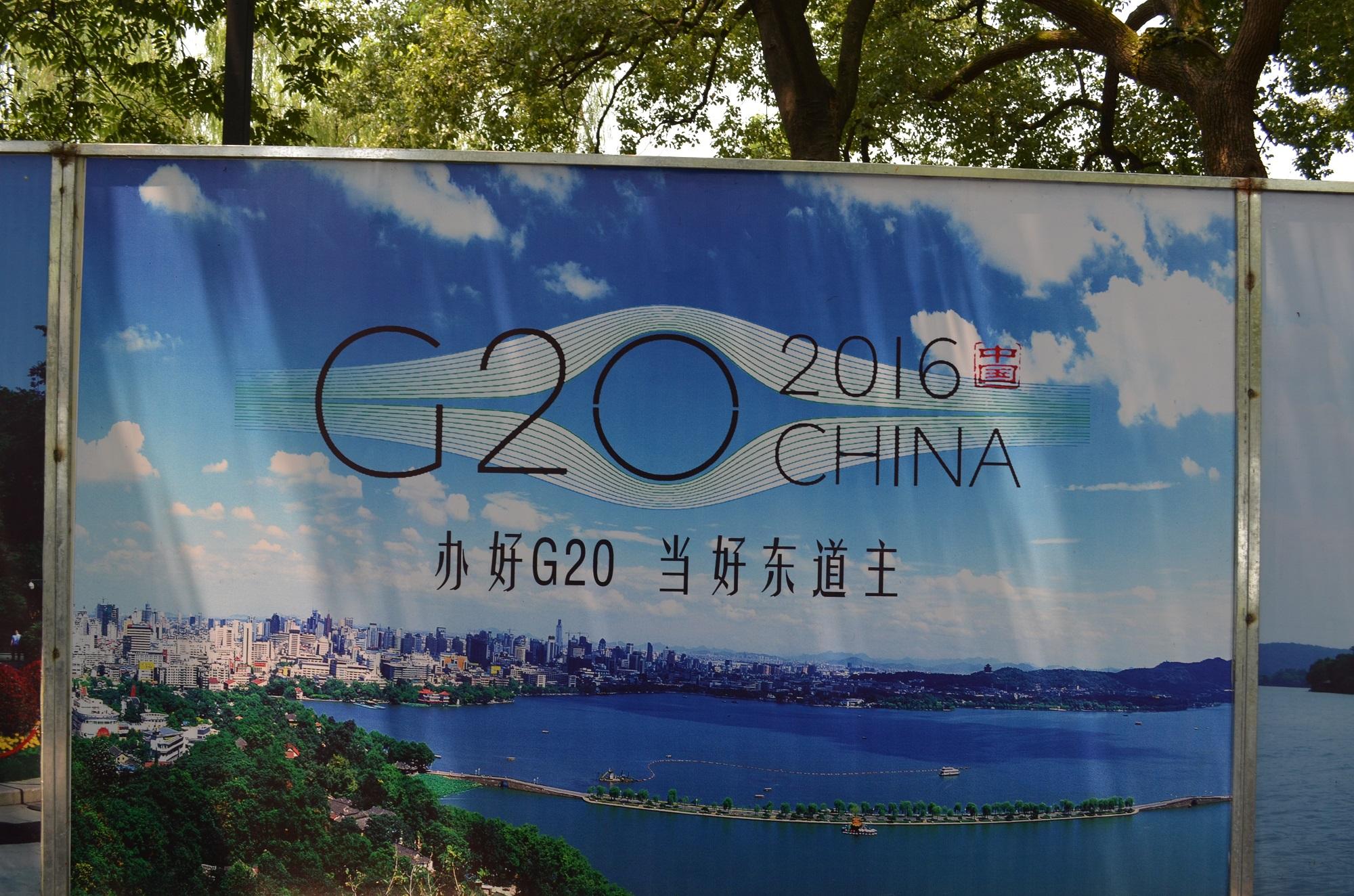 G20 Werbung an einem Bauzaun.