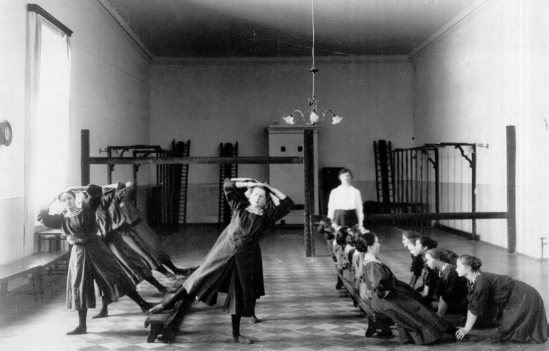 Урок физической культуры вСмольном монастыре благородных девиц. Фото: ТыжИсторик / Yandex Zen