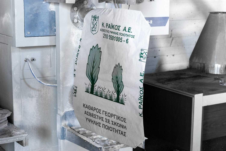 Κενή σακούλα γεωργικής άσβεστου στο μηχάνημα συσκευασίας.