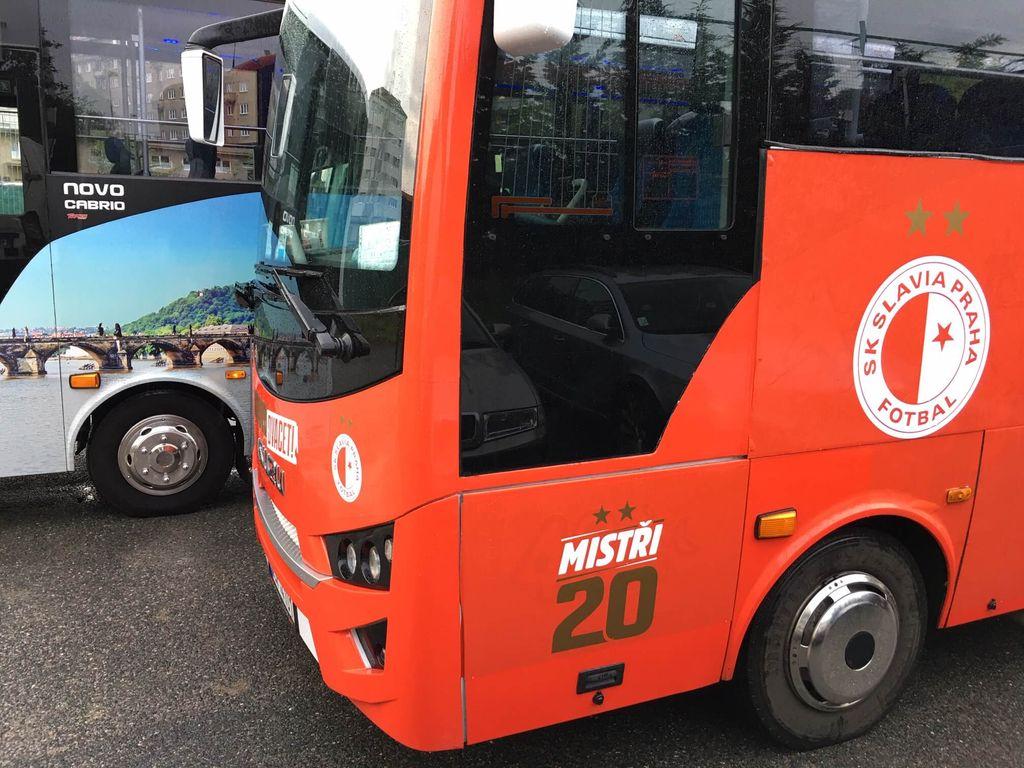Červený autobus, přední část