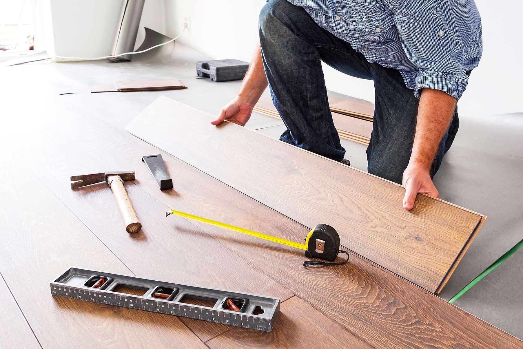 Mann som legger gulv. Hvilket gulv skal jeg velge?
