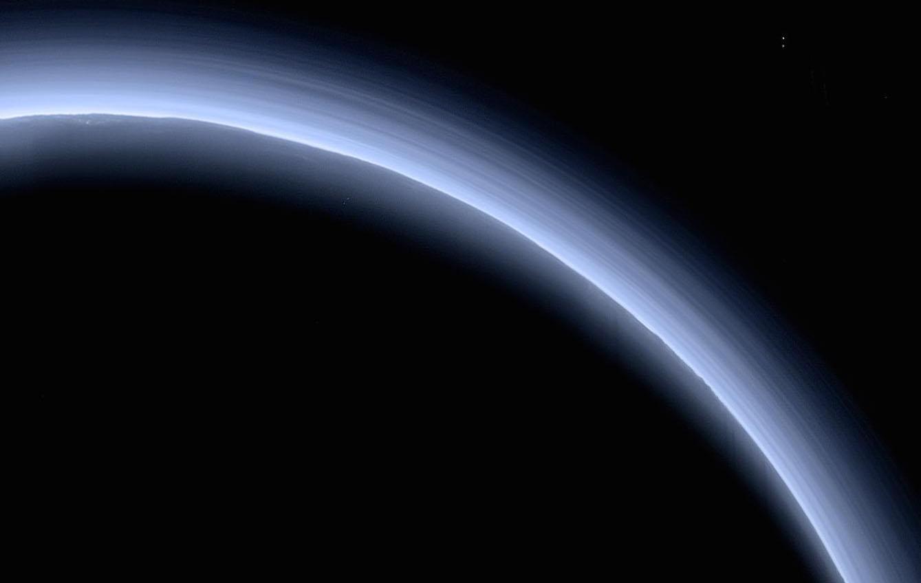 То самое фото, на котором видна атмосфера Плутона. Источник: NASA