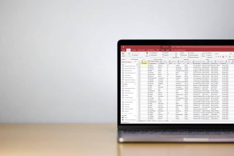 Laptop auf Schreibtisch mit Access
