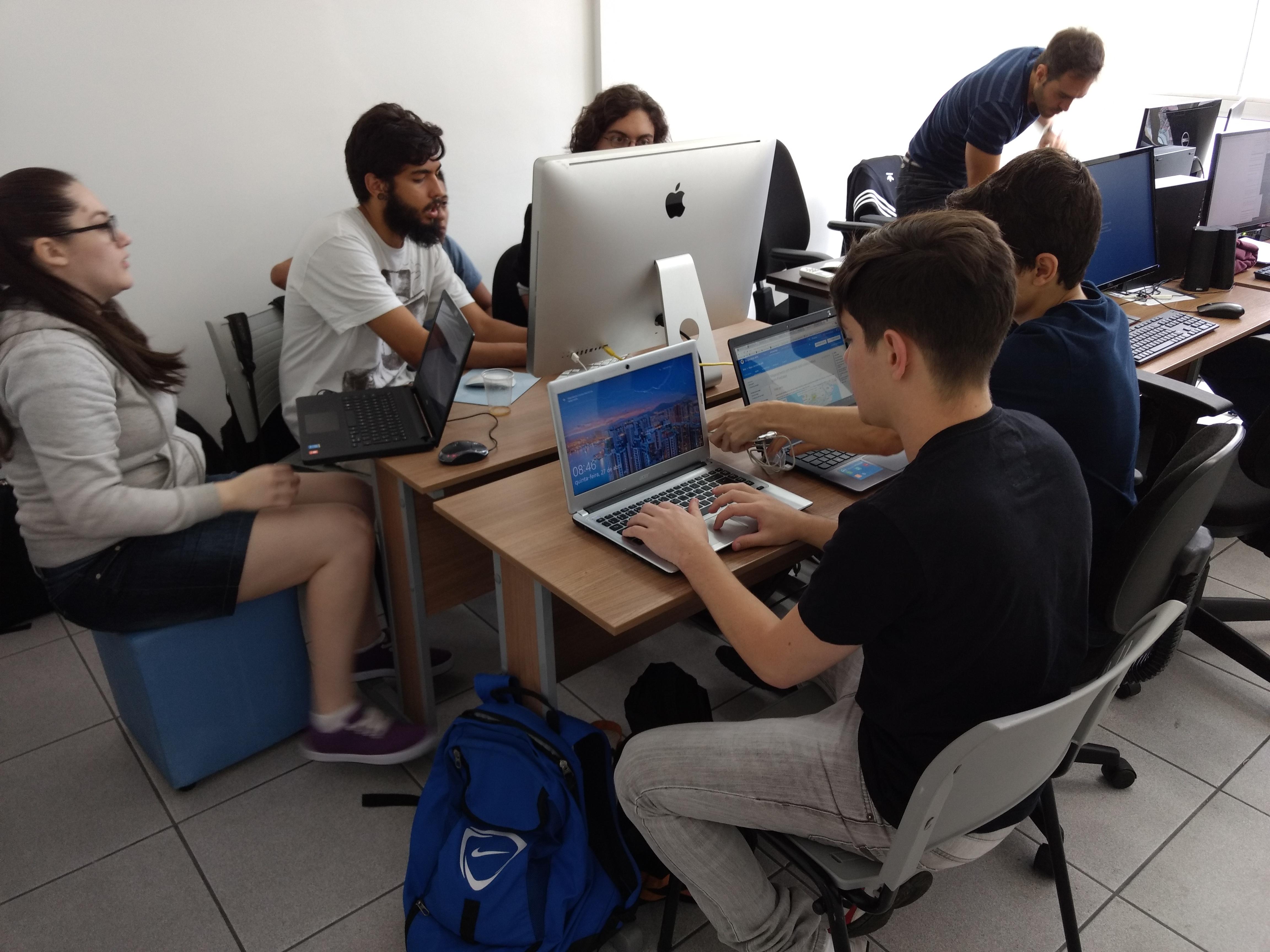 Programadores em hackathon de processo de seleção