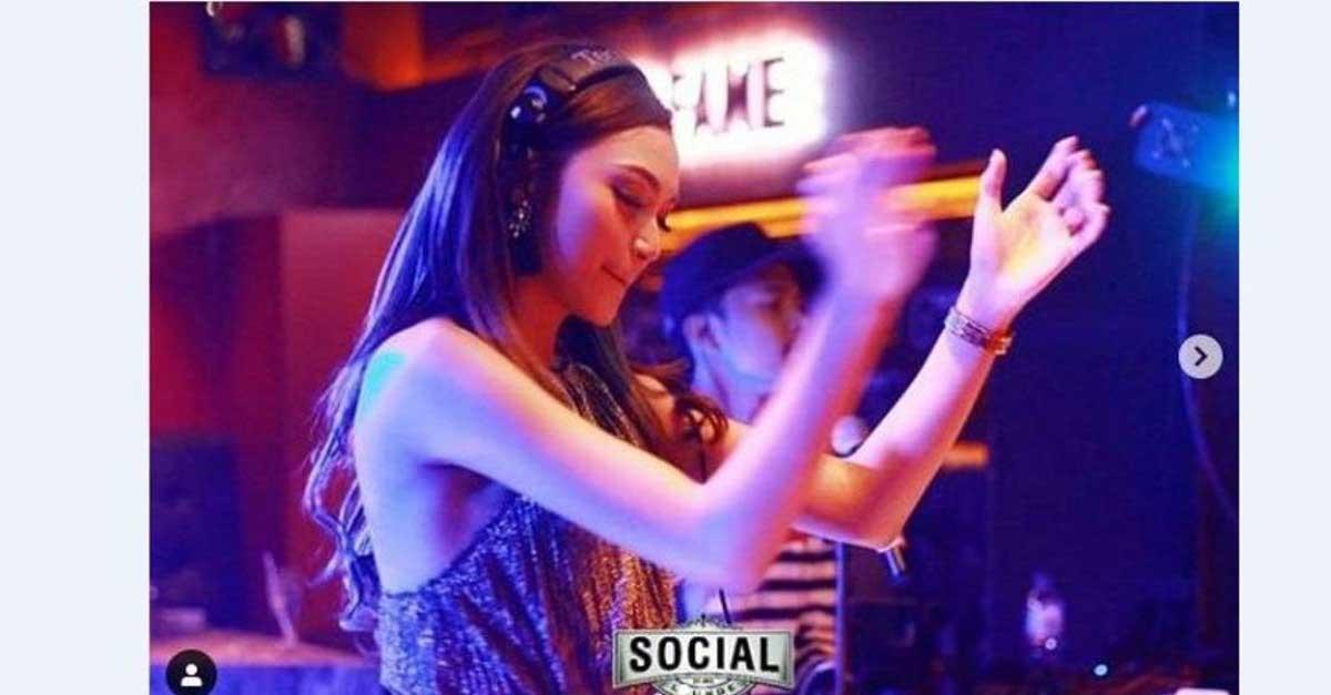 DJ Rineez Devi Berpenampilan Seksi Dan Elegan