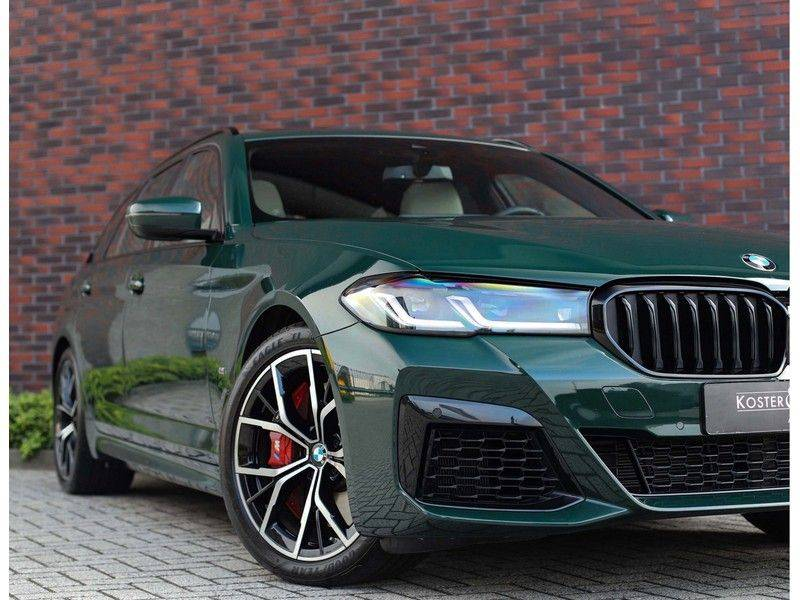 BMW 5 Serie 540i x-Drive *British Racing Green*HUD*Pano*Trekhaak* afbeelding 2