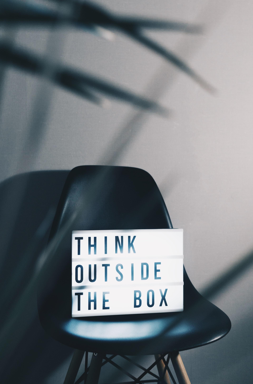Cadeira com um sinal 'think outside the box'