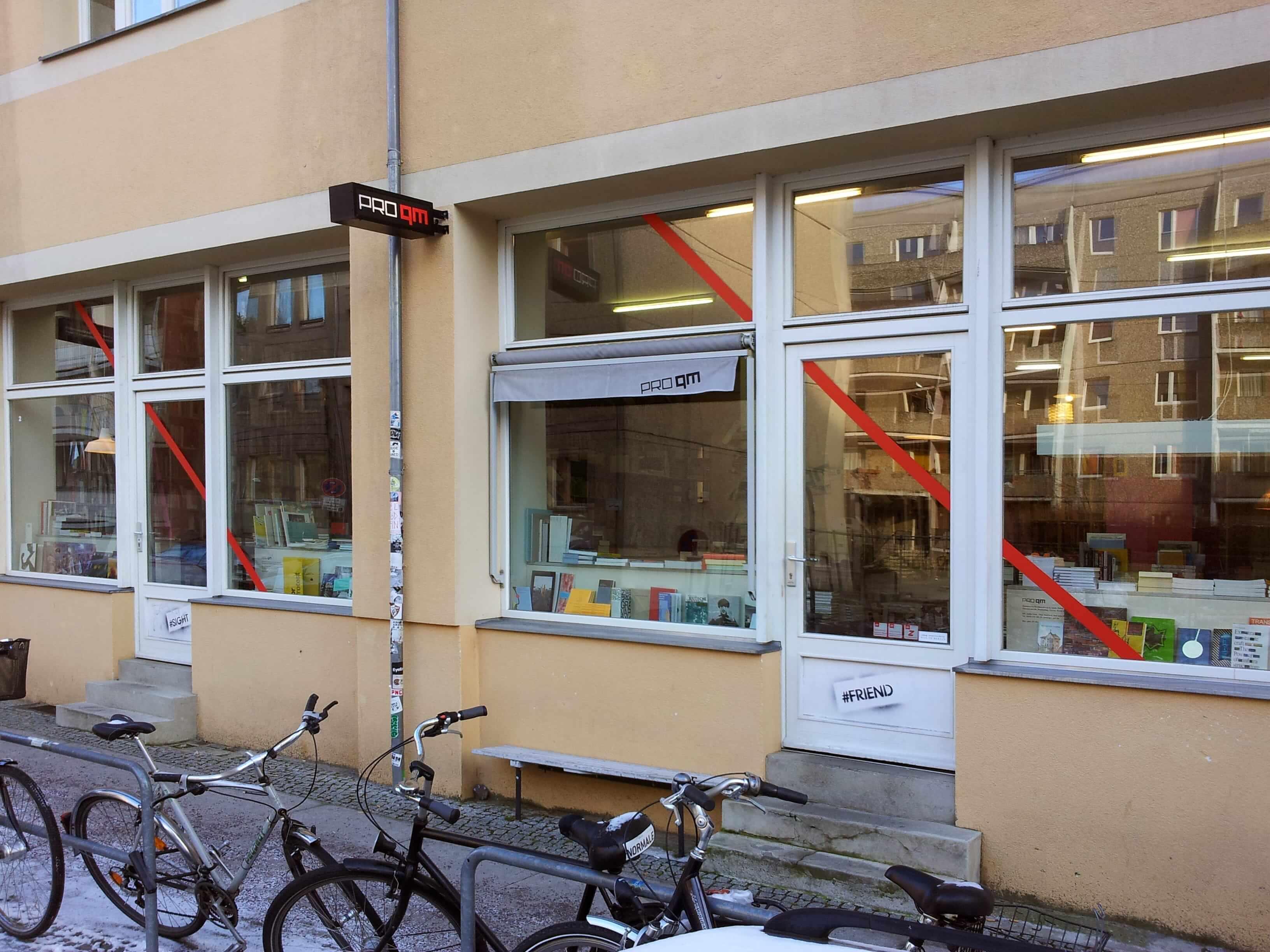 Витрина книжного магазина Pro qmвБерлине, Германия. Источник: инстаграм-страница магазина