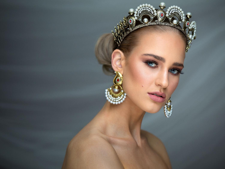 Women dress as bridge with gold jewellery