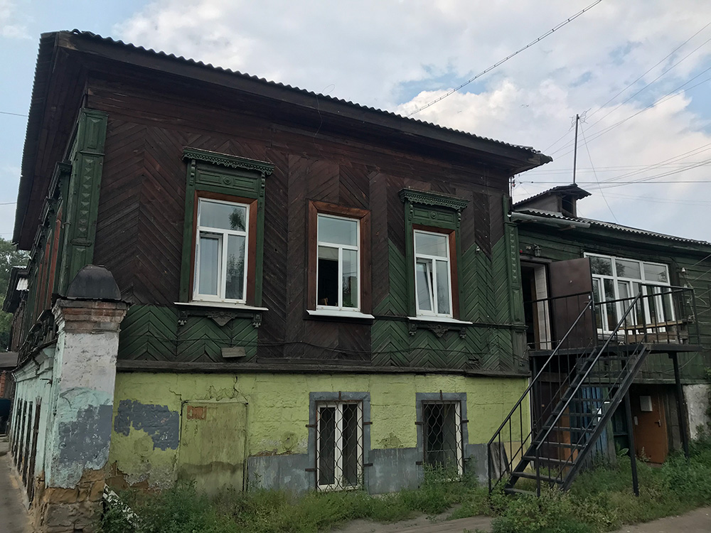 The hostel is inside a typical wooden home in the old center of Irkutsk.