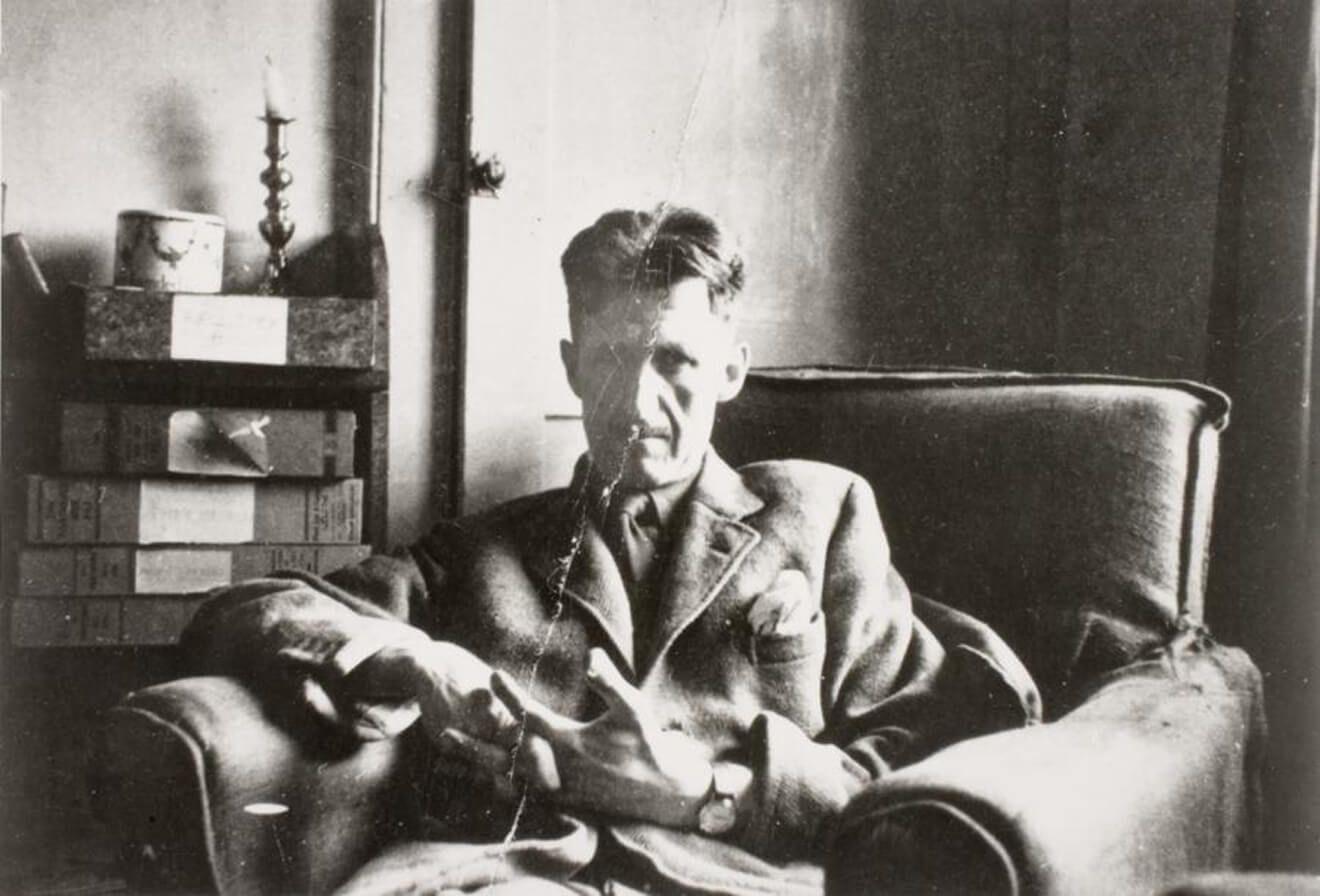 Джордж Оруэлл долгое время не мог найти своего издателя для романа «Скотный двор». Фото: Оруэлл в своей квартире в Кэнонбери в 1945 году / Vernon Richards / University College London Archives