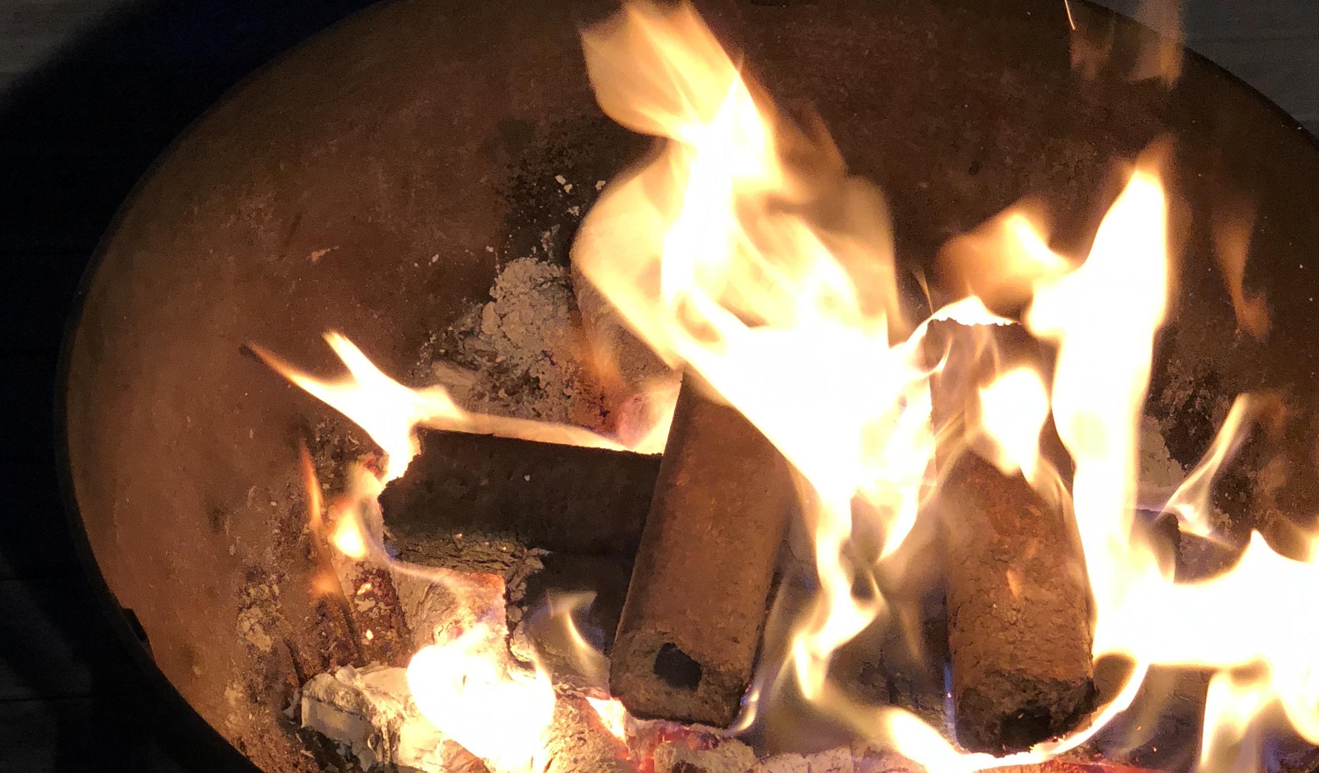 Compressed carbonised oak smoking log