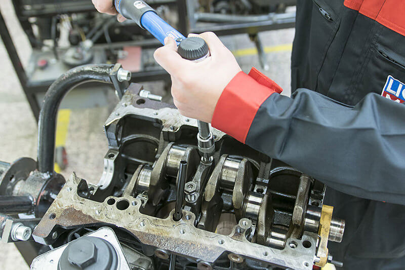 Oprava motoru auta