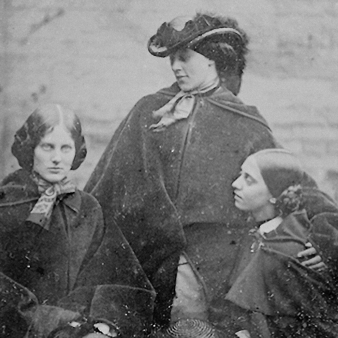 Копия даггеротипа ссестрами Бронте, которую обнаружили воФранции в 2011году. Исходный даггеротип, предположительно, был сделан в1848году. Источник: britishphotohistory.ning.com