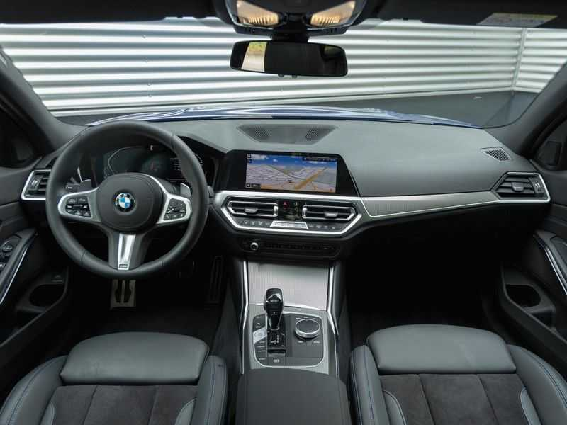 BMW 3 Serie Touring 330i M-Sport - Panorama - 19 Inch M-Performance - Active Cruise Controle afbeelding 14