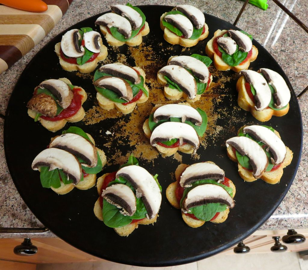 Pizza bites with spinach and mushrooms