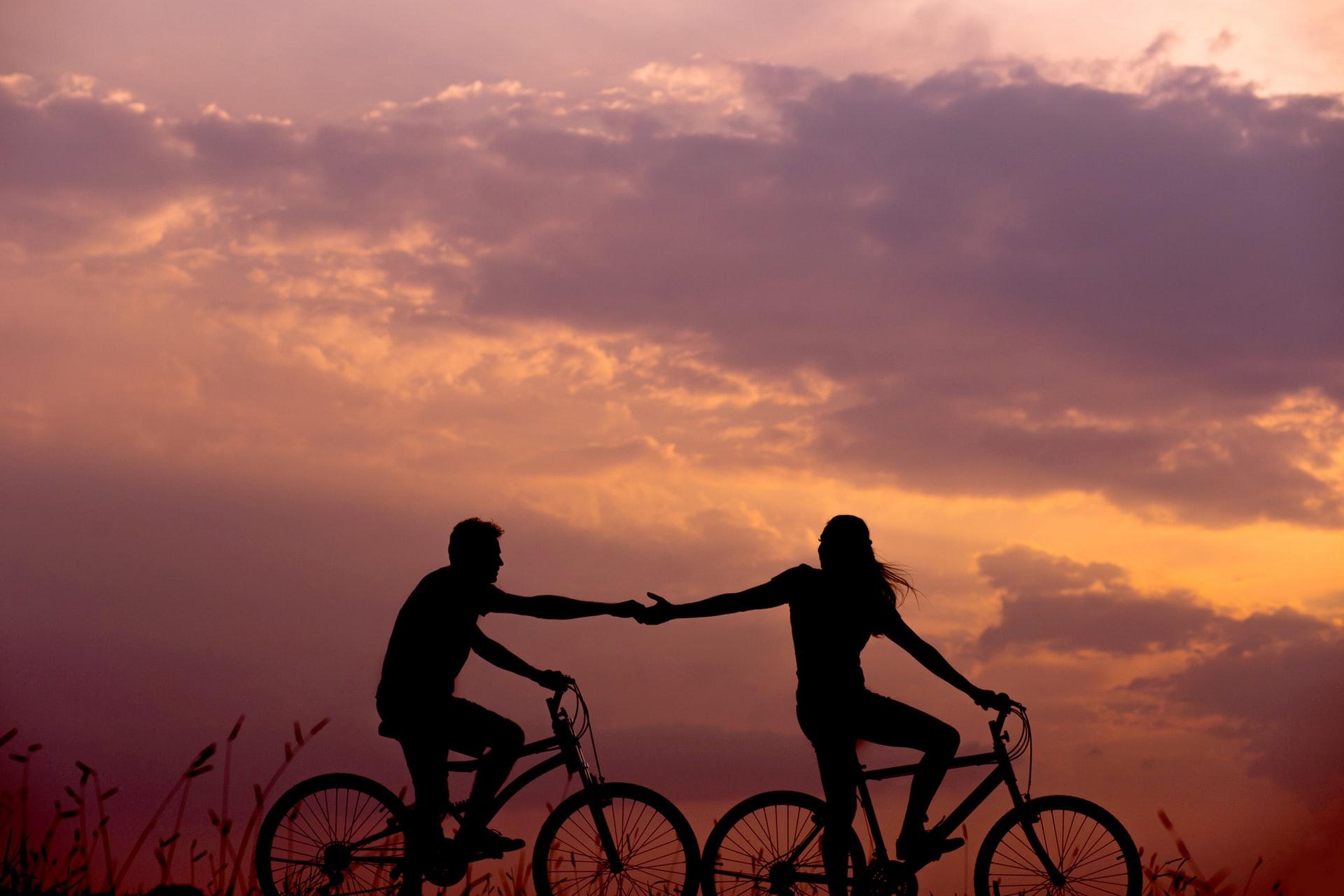 Casal a andar de bicicleta