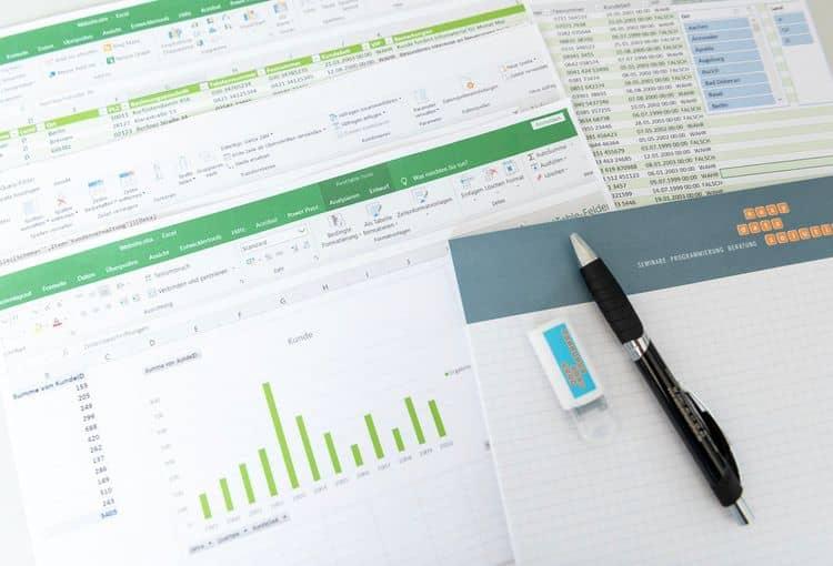 Unsere Schulungsunterlagen zum Excel-Grundkurs mit USB-Stick und Kugelschreiber
