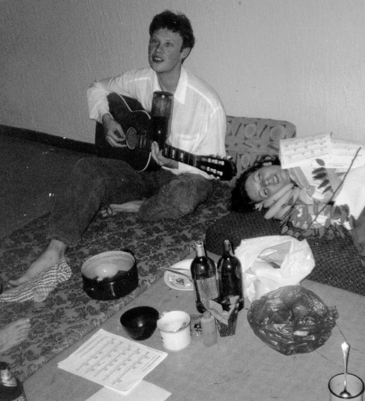 Philippe Bekaert singing in a Bratislava dormitory