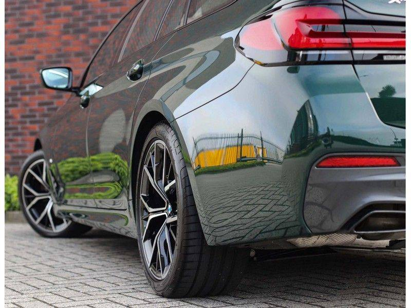 BMW 5 Serie 540i x-Drive *British Racing Green*HUD*Pano*Trekhaak* afbeelding 4