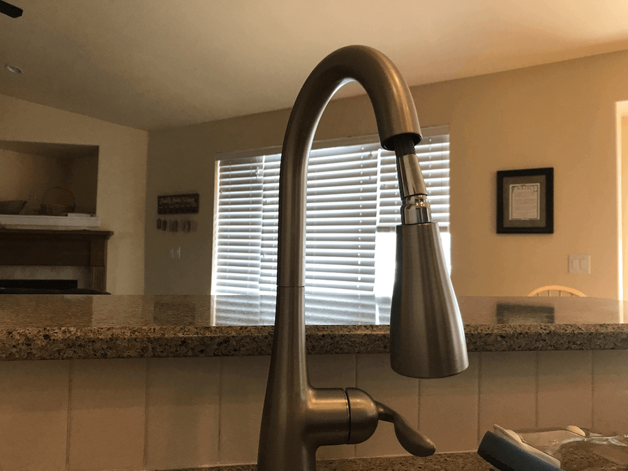 Faucet with the head not retracting into the neck
