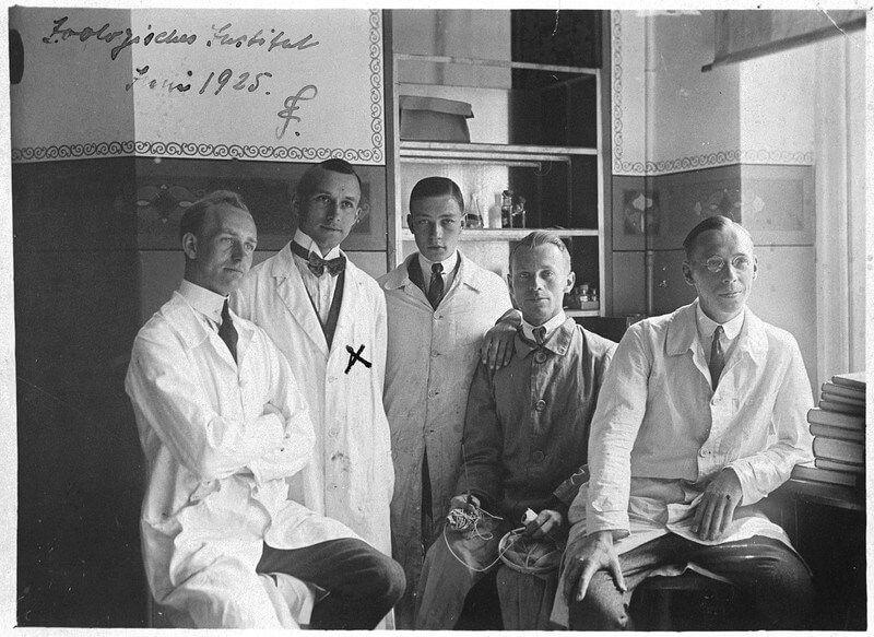 Эрнст Юнгер (второй слева) вЗоологическом институте Лейпцигского университета в1925году. После Первой мировой войны ончетыре года изучал зоологию ифилософию. Источник: leipzig-lese.de