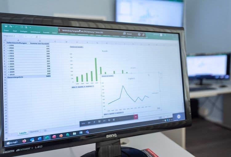 Bildschirm im Hamburger Schulungsraum mit Excel-PivotTable Übung