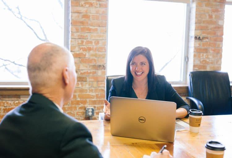 Kursteilnehmerin mit Laptop während einer Project Einzelschulung