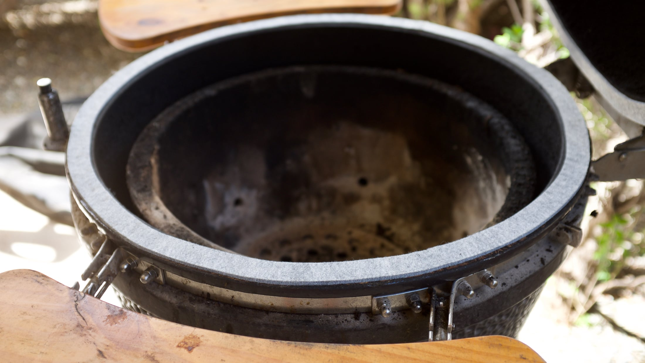 Kamado grill with fresh gaskets