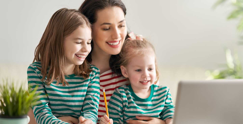Mutter mit Kindern am Laptop - Wie kann ich die Mütterrente berechnen