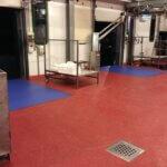 Pavimento in resina impermeabile, con drenaggio, in un'azienda alimentare della provincia di Padova.