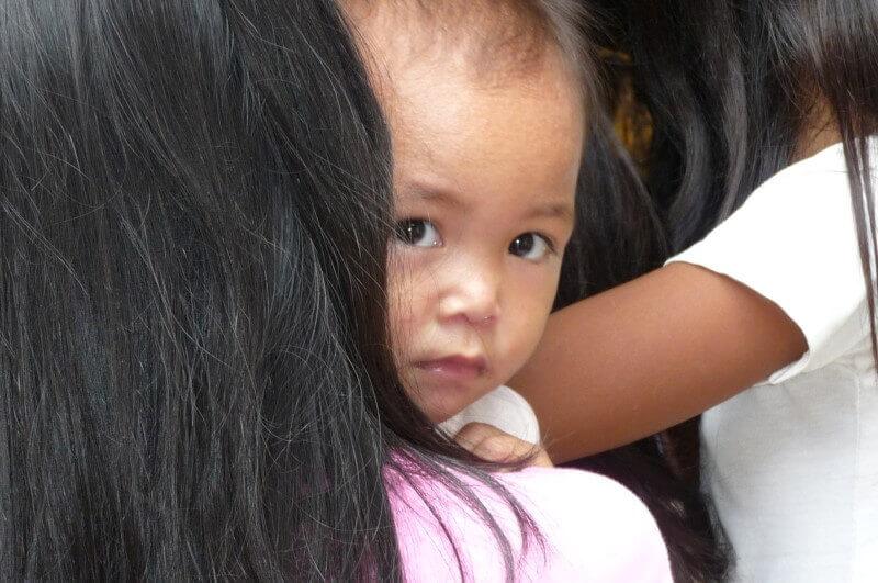 Twee baby ogen kijken mij aan