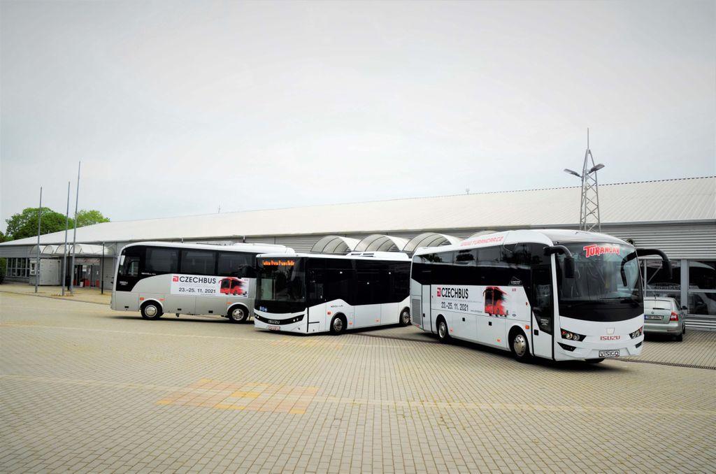 autobusy ISUZU před výstavištěm