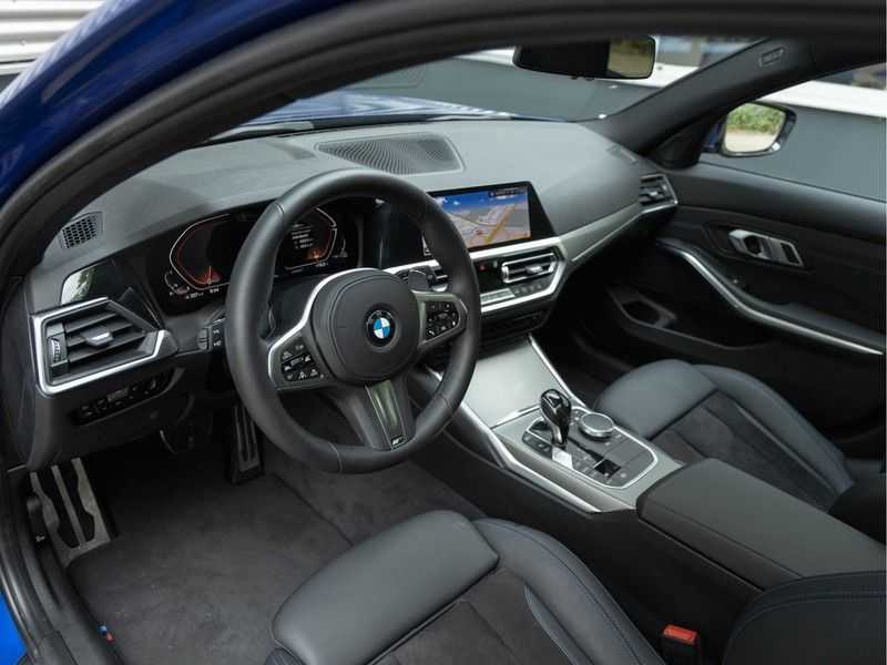 BMW 3 Serie Touring 330i M-Sport - Panorama - 19 Inch M-Performance - Active Cruise Controle afbeelding 17