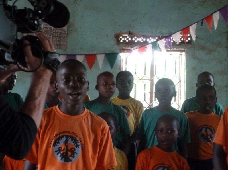 Denis en de kinderen van het project zingen!