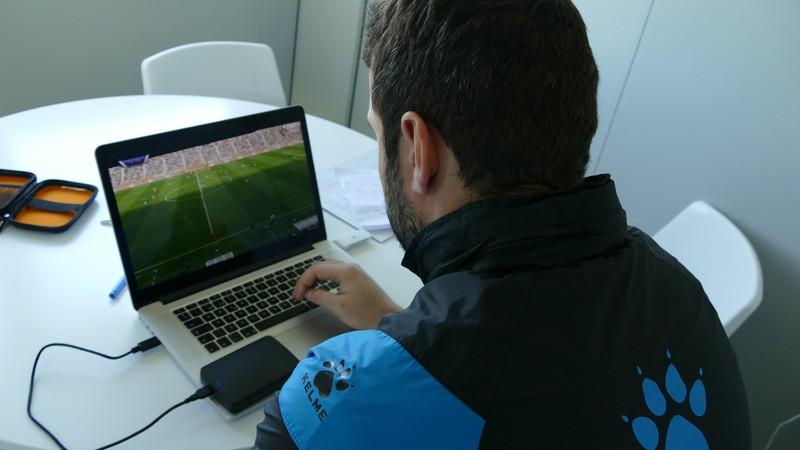 ノート PC でサッカー映像を分析するボルハ・マティアス