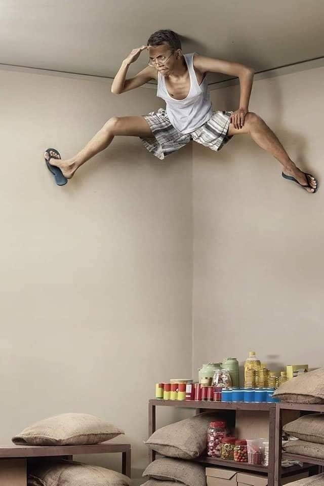 رجل يقف مكان كاميرا المراقبة تحت السقف
