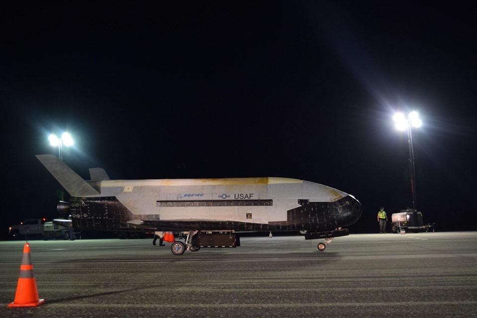 Imaginea 1: Naveta spațială militară X-37B, construită de Boeing pentru US Air Force (USAF), revenită la sol duminică, 27 octombrie 2019, după aproape 780 de zile petrecute pe orbită, în cadrul misiunii OTV-5. Este probabil același vehicul folosit și în misiunea precedentă OTV-4 (Sursă foto: USAF)