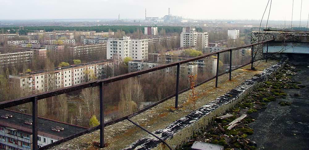 Припять. Вид наЧернобыльскую АЭС игород скрыши жилого дома, 2005год. Источник: ru.wikipedia.org