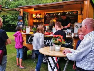 Gemütliche Atmosphäre am Crepestand mit einzigartigem Charme bei einem Street Food Festival am Schützenplatz in Paderborn