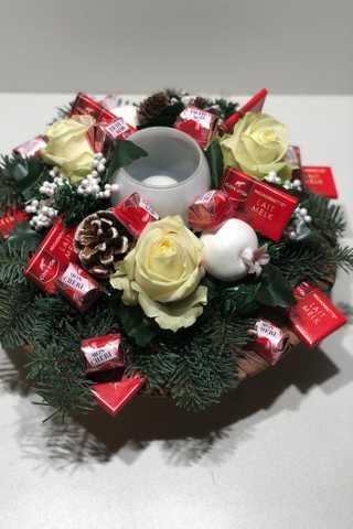 Groot rond kerststuk met witte rozen