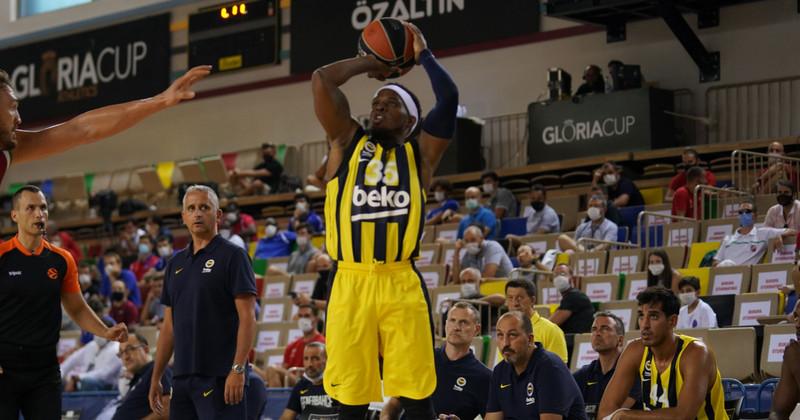 xゲーム中のフェネルバフチェバスケットボール選手
